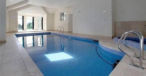 swimming pool of ronaldo house in england